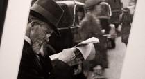 Homme-et-son-journal-scène-de-rue-1935-by-David-Chim-Seymour-exposition-Paris-Magnum-agence-Hôtel-de-ville-672x372